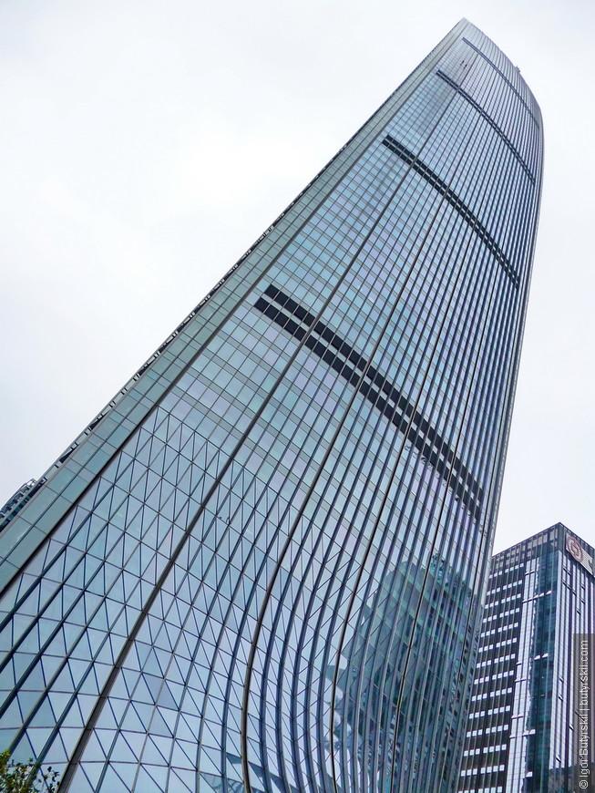 05. Самое высокое здание в городе (пока еще) – KK100 высотой более 400 метров.