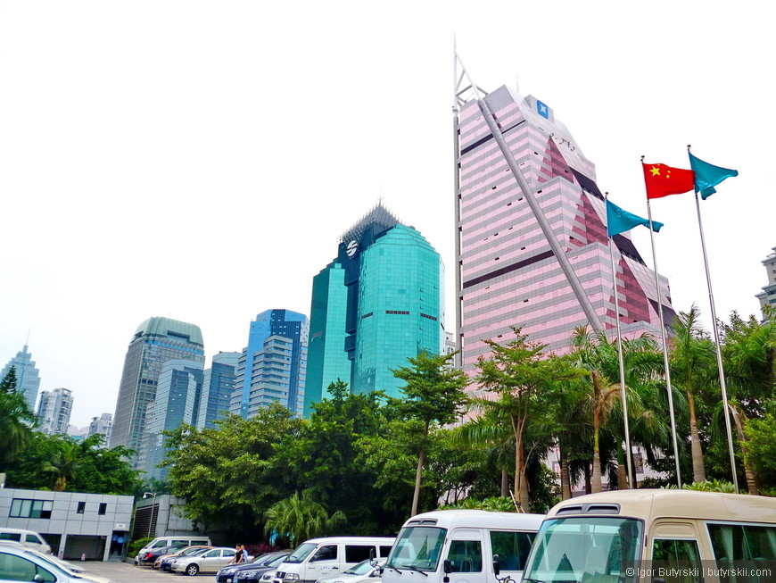 06. Одна из основных улиц Шеньчженя – парад уродцев, я конечно люблю небоскребы, но тут они очень безвкусные. После таких вот строений в Китае начали нанимать иностранных архитекторов.