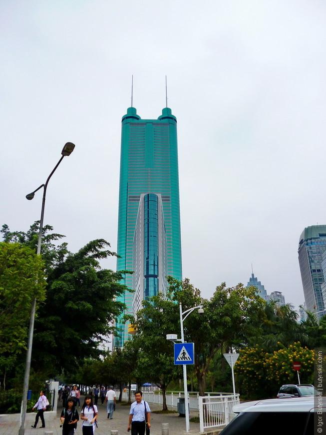 07. А вот этот небоскреб построили в 1996 году как символ новой экономической точки на карте Китая. И действительно, последние годы Шеньчжень понемногу забирает этот статус у Шанхая.