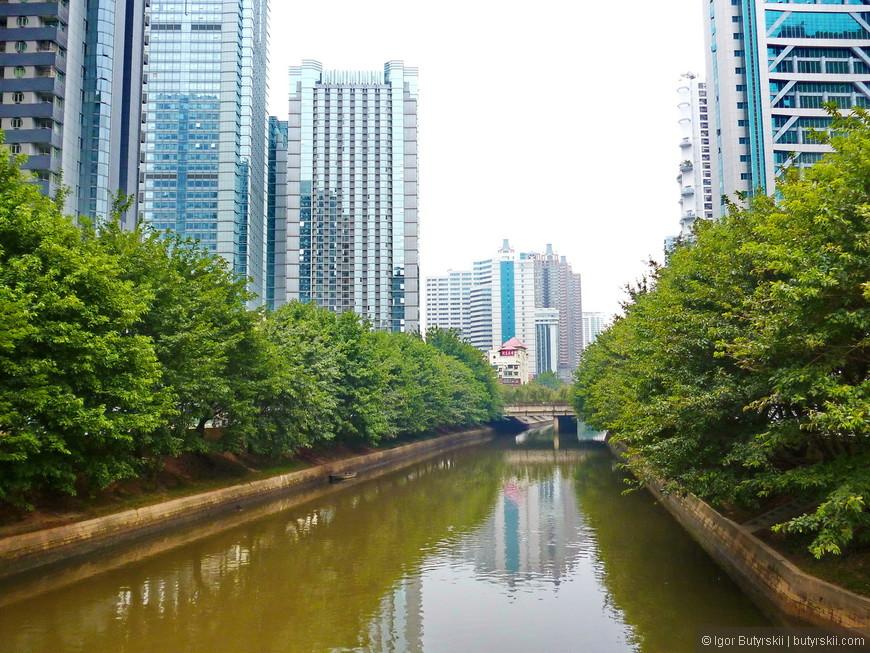 10. Город находится недалеко от Гуанчжоу и Гонконга (между ними), мимо города проходит Жемчужная река, а в самом городе есть каналы.