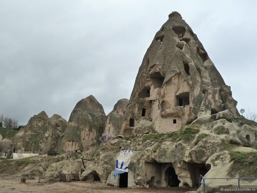 Люди до сих пор используют эти скальные постройки для своих нужд.
