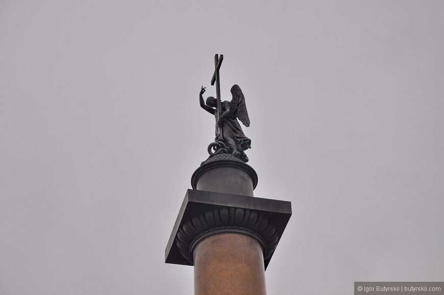 16. Александровская колонна выше Вандомской, фигура ангела превосходит по высоте фигуру Наполеона I на Вандомской колонне. Кроме того, ангел крестом попирает змея, что символизирует мир и покой, которые принесла в Европу Россия, одержав победу над наполеоновскими войсками.