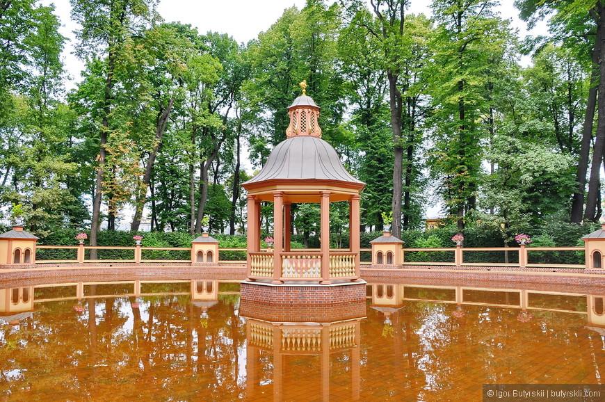 """23. Прогуляемся по Летнему саду. Боскет """"Менажерийный пруд"""" с водой неестественного цвета."""