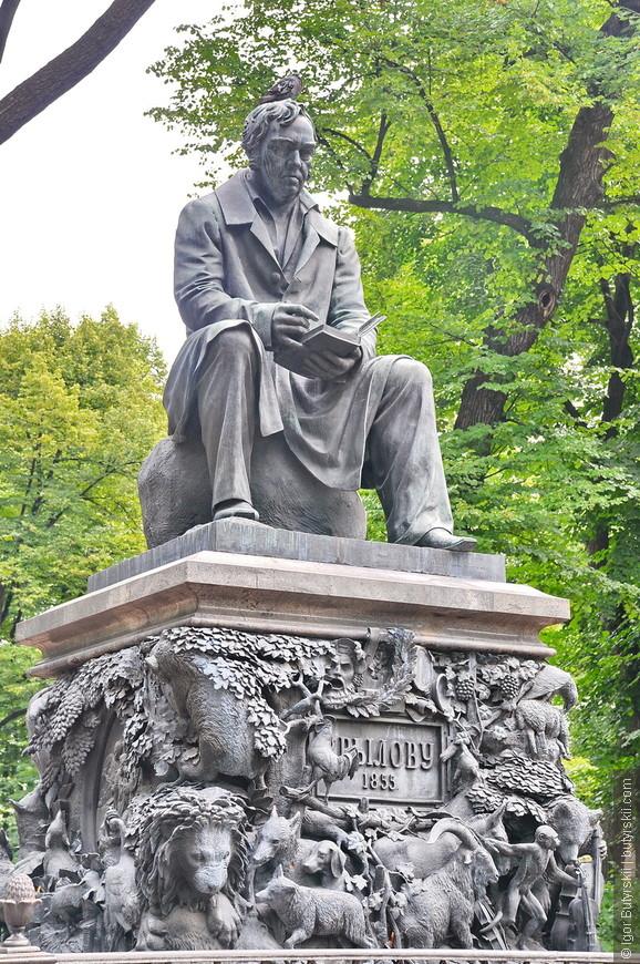 24. Великолепный памятник Крылову. Который мне почему-то напоминает Джереми Кларксона.