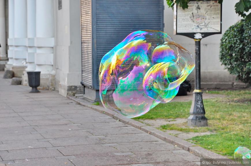 35. Можно прогуляться вместе с мыльными пузырями, на Невском – в порядке вещей.