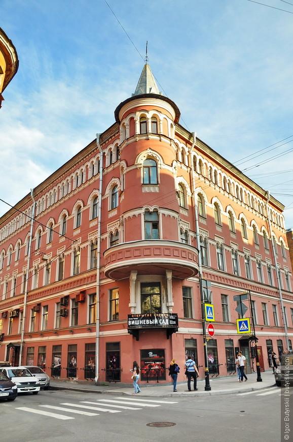 36. В городе множество интереснейших зданий и сооружений.