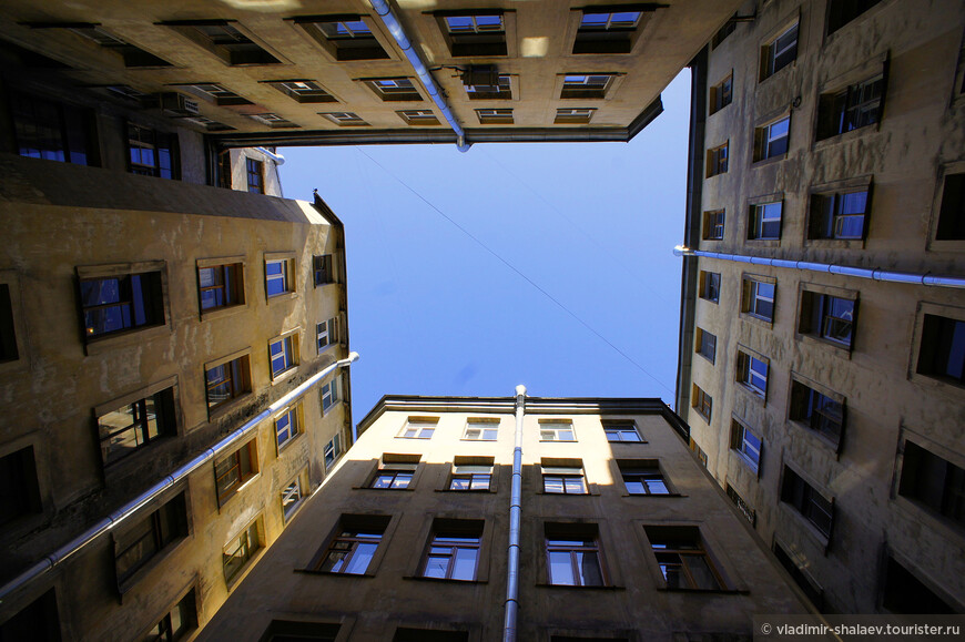 И всякий раз, заходя во двор-колодец, гадаешь, какой же формы будет небо над головой. А его геометрия в таких дворах очень разнообразна: от простого квадрата до неправильных многоугольников.