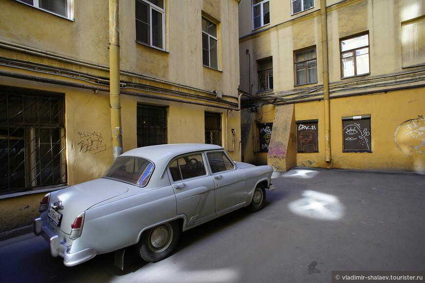 А в этом дворике попался уже раритетный автомобиль.