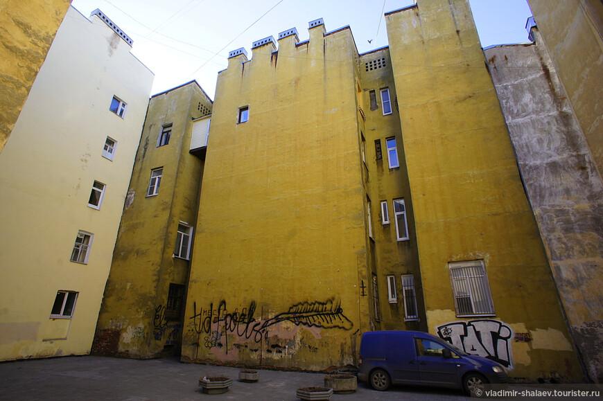 """А здесь по какому принципу сделаны окна? Видимо архитектор был """"беспринципным""""."""