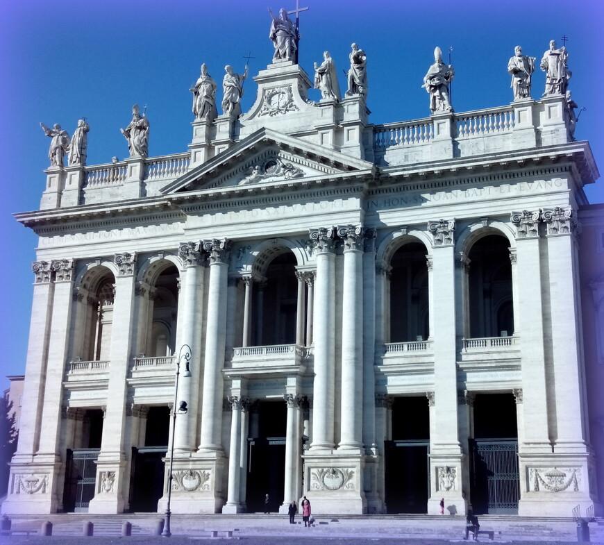 Базилика San Giovanni in Laterano, одно из самых ярких впечатлений. Огромная, светлая, открытая для всех, всех церквей города и мира мать и глава. Удивительно, но здесь было очень свободно (во всяком случае, когда мы туда заходили), как-то благодатно.