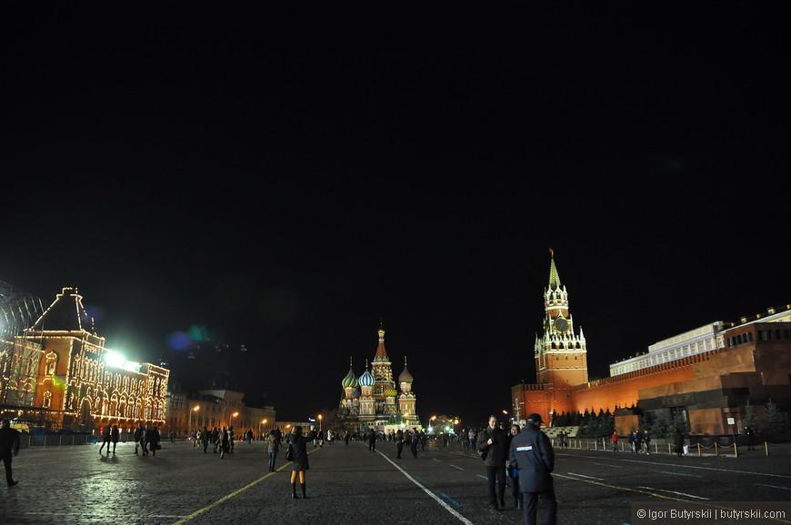 01. Вечером на Красной Площади загорается подсветка, все меняется, но людей все также много.