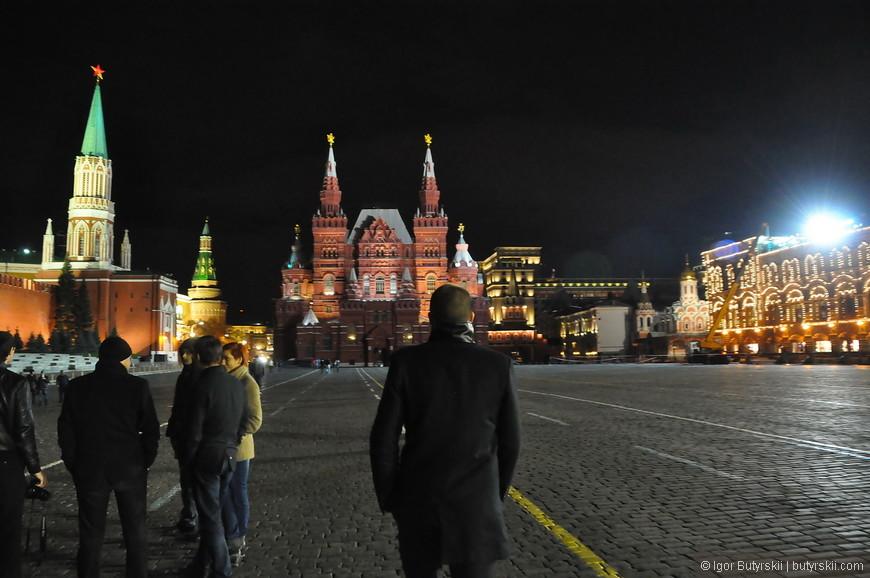08. Людей поздно вечером намного меньше и можно свободно погулять по площади, не толкаясь.