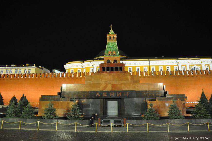 09. Мавзолей все еще стоит на главной площади страны.