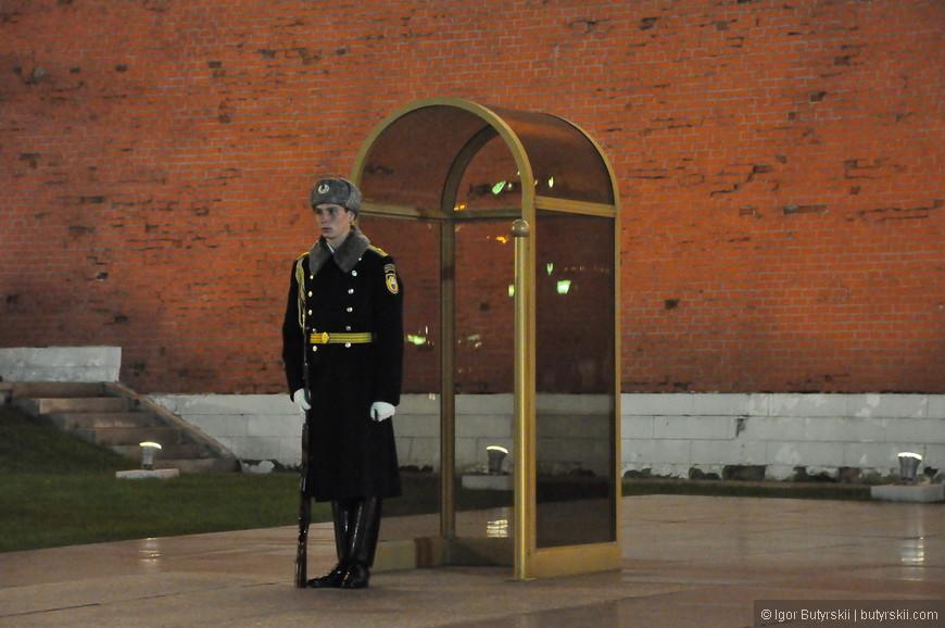 10. Почетный караул у стен кремля в Александровском саде.
