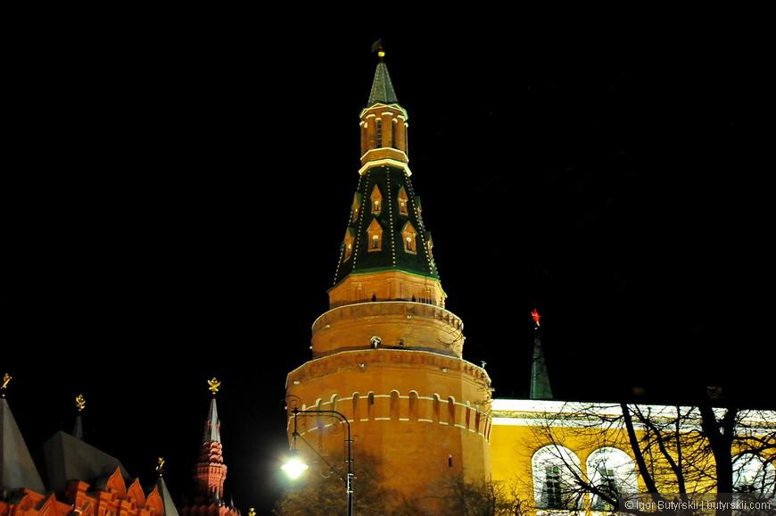 12. В кремле установлена великолепная подсветка башен и стен.