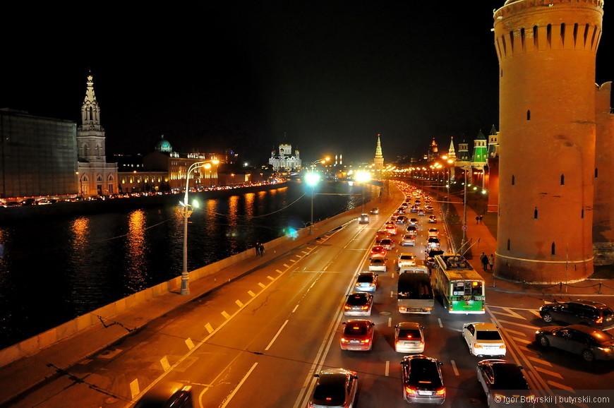 15. Прекрасный вечерний вид на Москва реку и Храм Христа Спасителя.