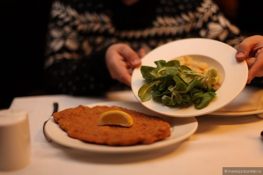 Автобус из Праги в Будапешт приходит к вечеру, поэтому единогласно было принято решения начать с ужина. Начинаем с простого, мясо и гноччи со свежим салатом.