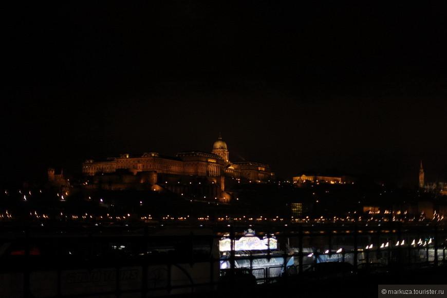 После ужина прогулка вдоль набережной. На той стороне реки Королевский дворец, монументальный и солидный.