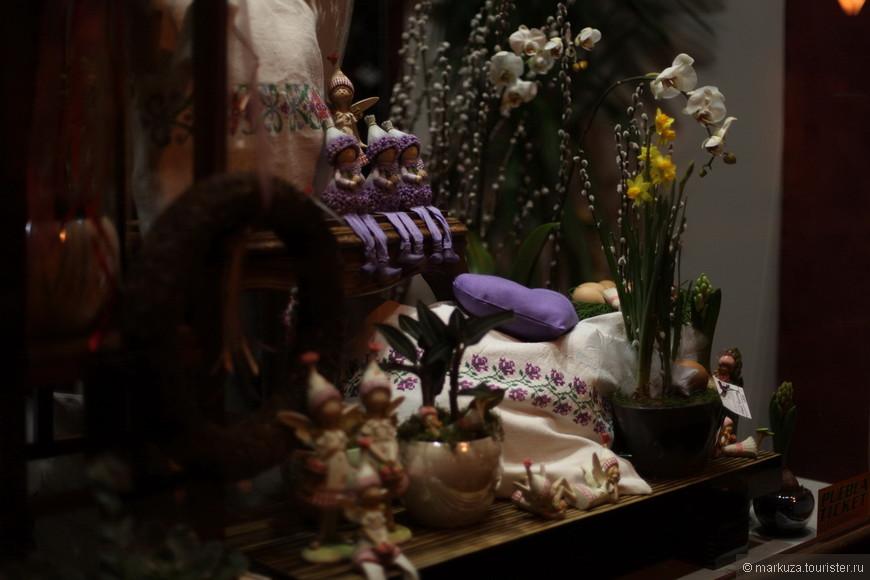 Красивые витрины цветочных магазинов, жаль что все они уже закрыты.