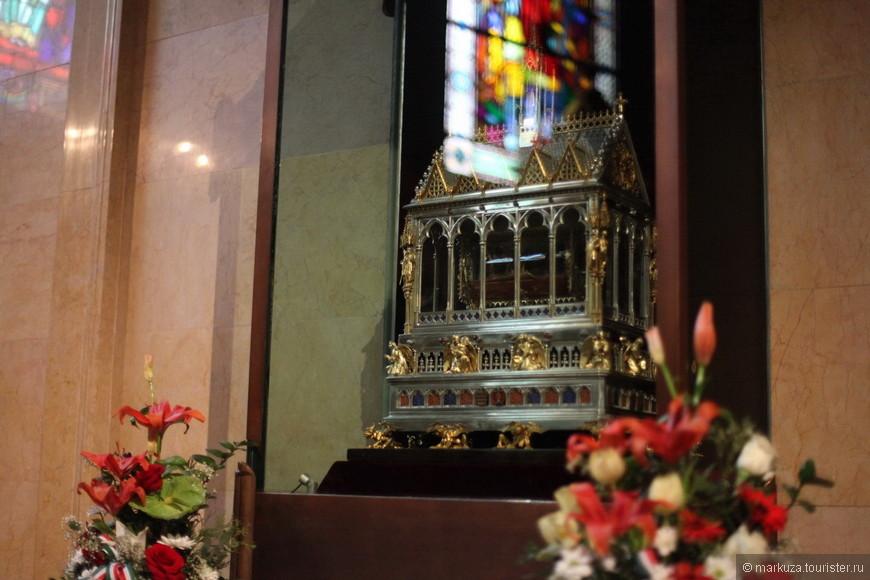 В базилике находится золочёная рака, в которой хранятся мощи святого Иштвана (правая рука).