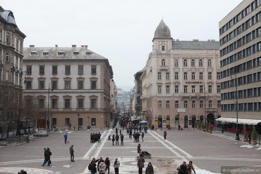 Выйдя из базилики вы оказываетесь на площади и увидите улицу, ведущую к реке, именно на ней мы останавливаемся, в одном из любимых хостелов в самом центре города.