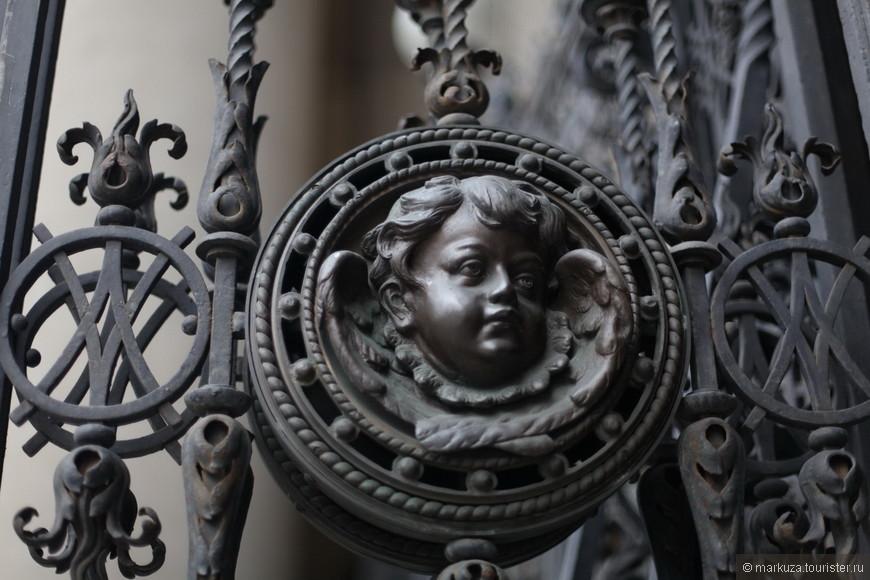 Ворота базилики тоже красиво украшены.