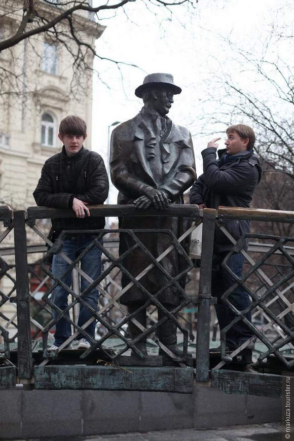 На мосту – И́мре Надь — венгерский политический и государственный деятель.