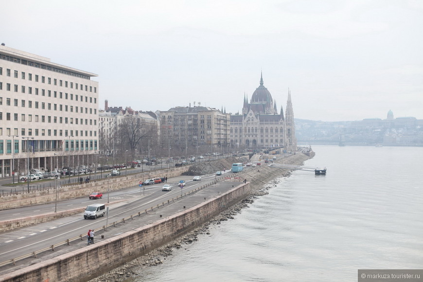 Здание парламента выполнено в стиле неоготика. Мало кто знает, но в годы социализма шпиль здания был увенчан красной звездой, подобно башням Московского Кремля.