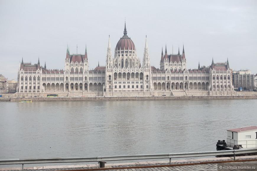 Здание парламента огромно! Википедия подсказывает, что в нём 691 помещение, 29 лестниц и 10 двориков.
