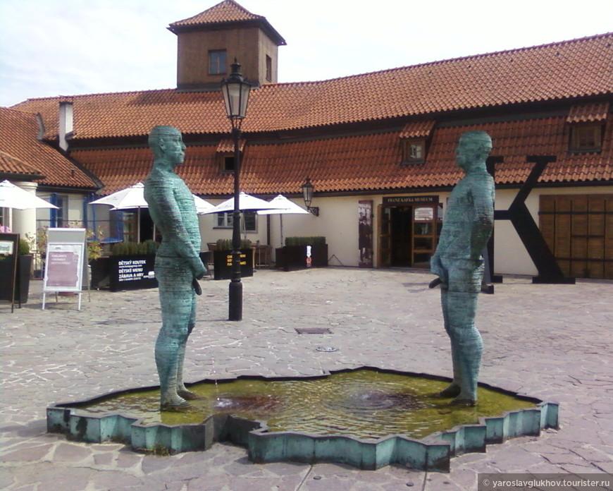 """Фонтан-памятник """"Писающие мальчики"""". Говорят, что они выписывают буквы чешского алфавита."""