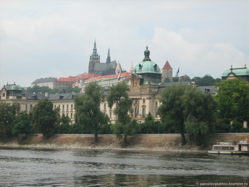 Вид на Пражский Град. На переднем плане — Правительство Чехии на Корсаковской набережной.