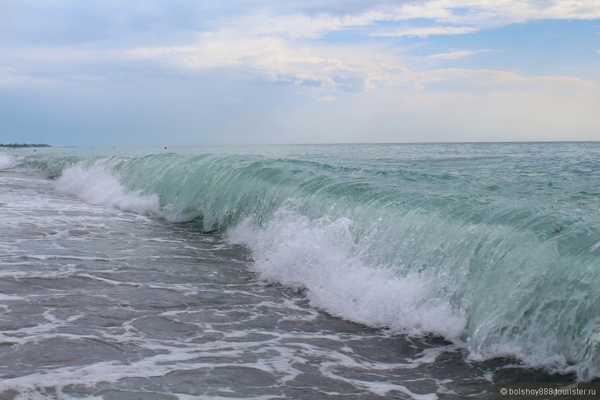 Первый день в Гагре.Пасмурно,накрапывает дождик.Накатывают огромные волны.