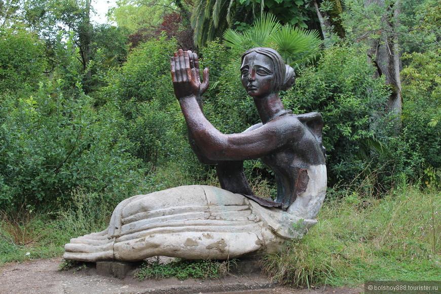 Скульптура в заброшенном и неухоженном Приморском парке