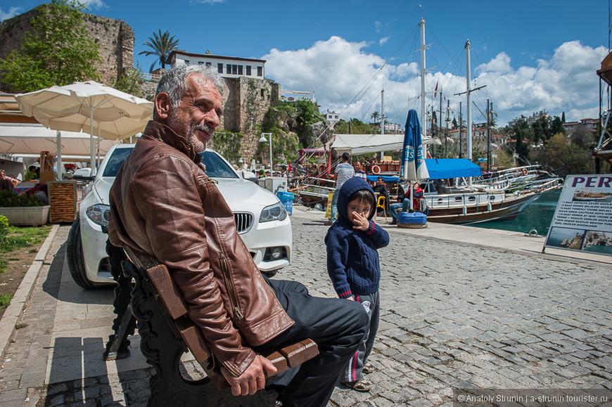 Дедушка с ребенком на набережной.