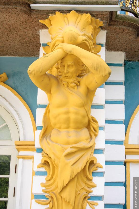 Всё здание украшено вот такими скульптурами.
