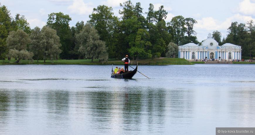При желании можно переплыть озеро на гондоле.