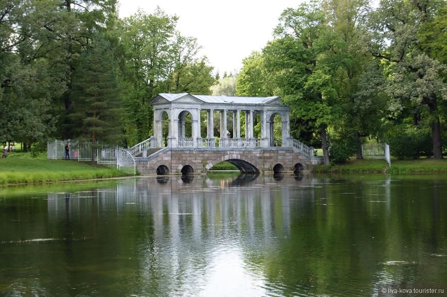 А это Мраморный (Палладиев) мост. Самое красивое сооружение во всем парке.