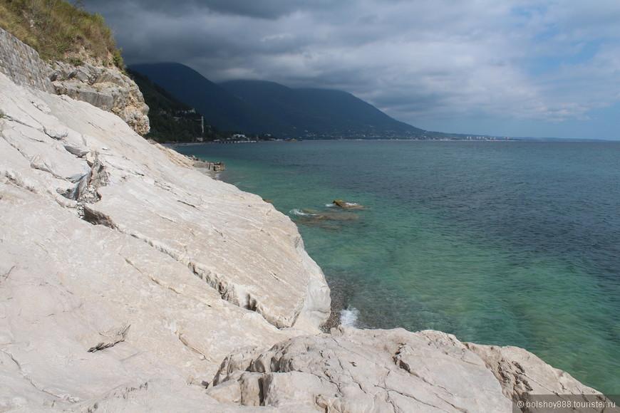 Белые скалы.Чуть в стороне от Гагр.Вода здесь намного чище.Очень хорошее место для купания