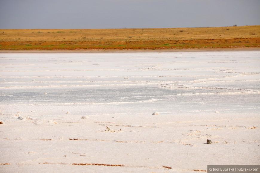 01. Вдоль дороги располагаются небольшие озера, на некоторых идет заготовка соли.