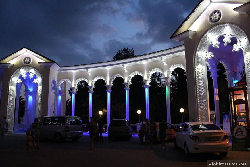 Колоннада в Гаграх считается одной из визитных карточек не только города Гагра, но и всей Абхазии. Расположена колоннада в районе Старой Гагры неподалеку от Приморского парка и ресторана Гагрипш.