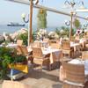 Рестораны на побережье - так и манят...