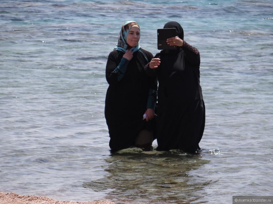 на селфи решились только 2 жены из гарема, третья так и не зашла в воду..