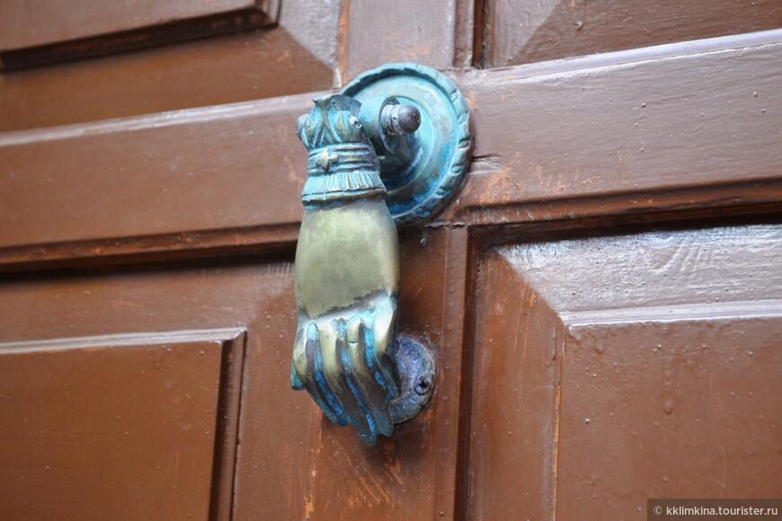 даже ручки дверей здесь обращают на себя внимание.