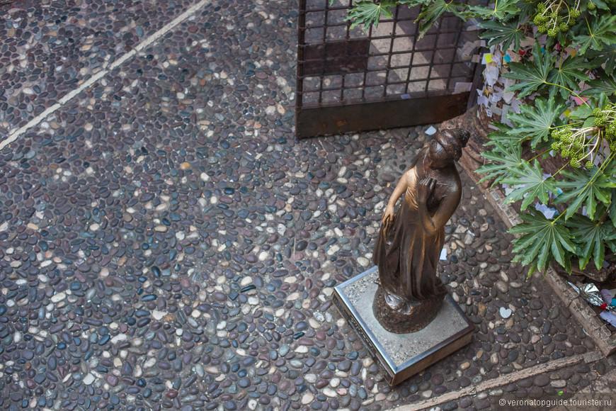 Статуя Джульетты во дворике Дома Капулетти