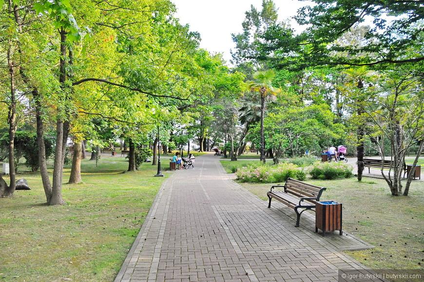 07. В городе много парков, скверов, аллей. Кажется, что Сочи не работает, а просто постоянно находится в состоянии отпуска…