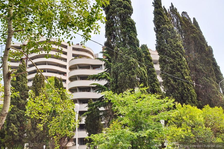 12. Сквозь зеленые леса виднеются новые здания, уже трудно определить где гостиница, а где апартаменты.
