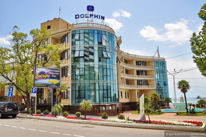 13. Даже обычный отель «Дельфин» теперь пафосно звучит: «Dolphin Hotel».