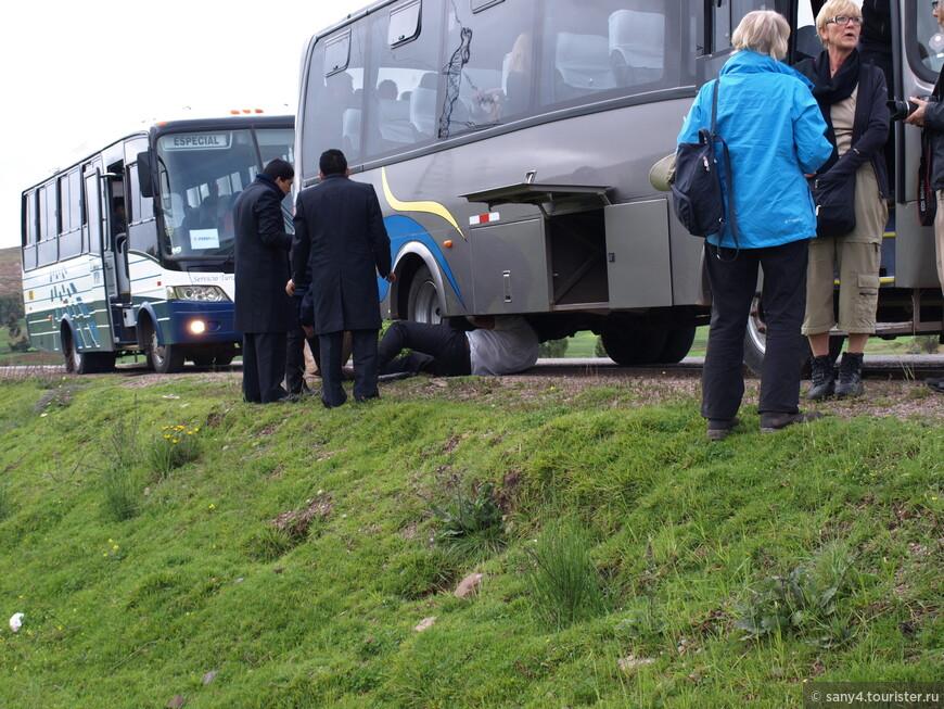 По дороге к ж/д станции случилась неприятность. На одном из горных спусков у автобуса лопнуло колесо... Совместными усилиями водители быстро произвели ремонт. В награду были бурные аплодисменты немецких пенсионеров, которых в автобусе было большинство.