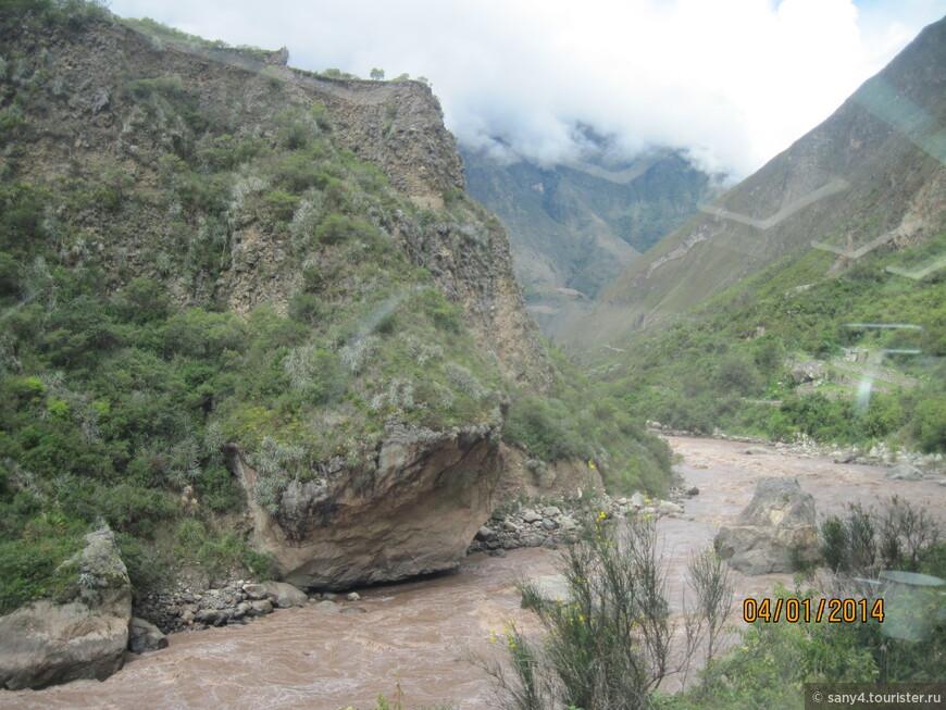 Дорога идет вдоль реки Урубамба, которая местами превращается в ревущий и бурлящий поток.