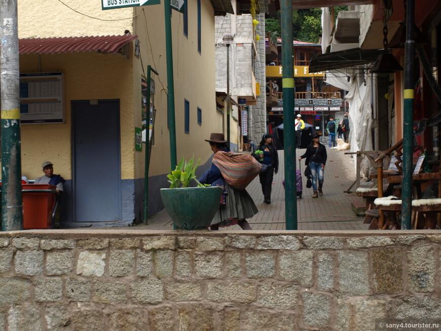 На узких улочках - практически только туристы.